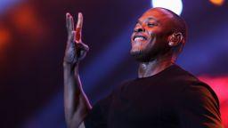След като бе изписан от болницата: Dr. Dre се върна на работа