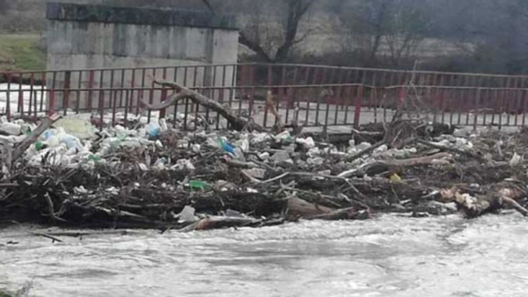 Проливните дъждове в Кюстендилско образуваха подвижно сметище по река Струма