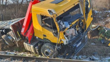 Влак удари камион на жп прелез край Мездра
