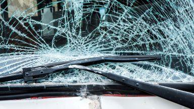 Един загина при челен сблъсък на два автомобила край Павликени