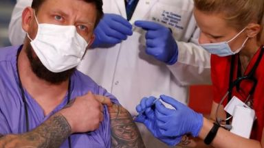 Болници в Полша спират ваксинациите заради намалени доставки