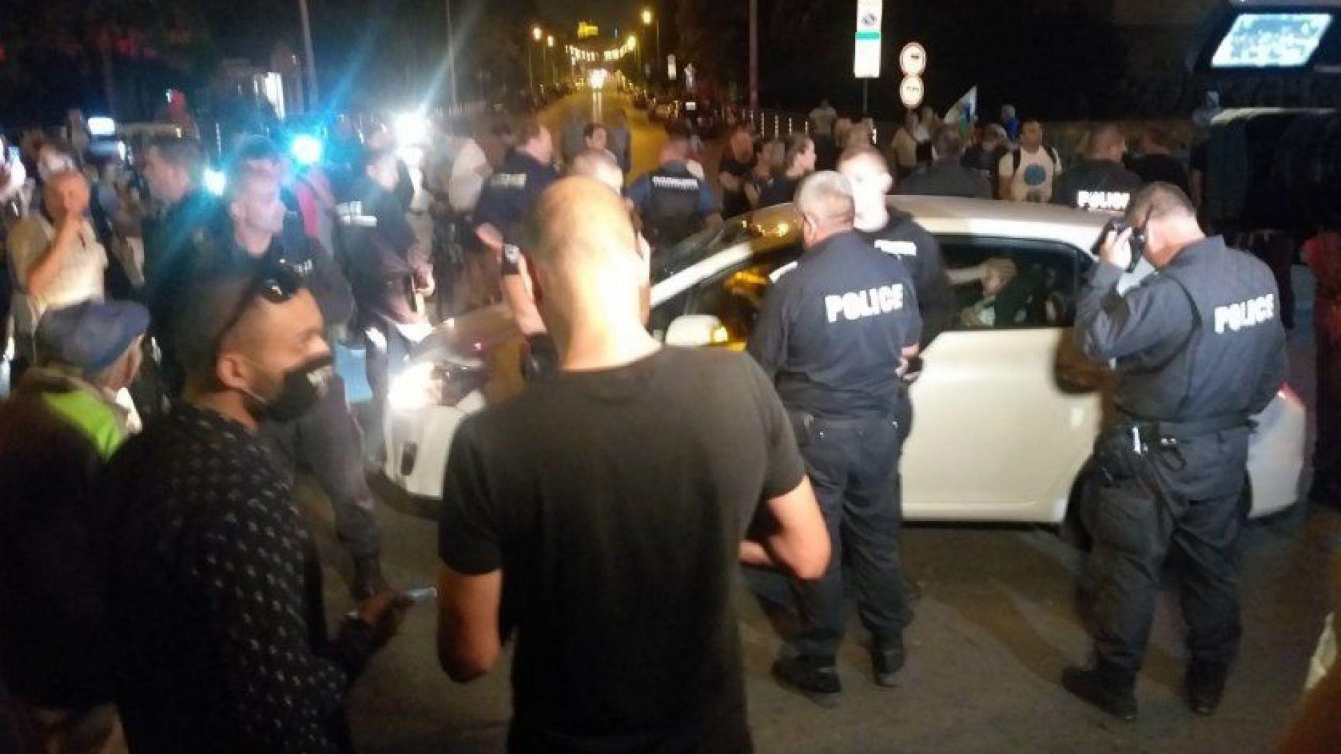 Предадоха на съд блокадчиците, изпочупили колата на майка с двете деца пред Румънското посолство