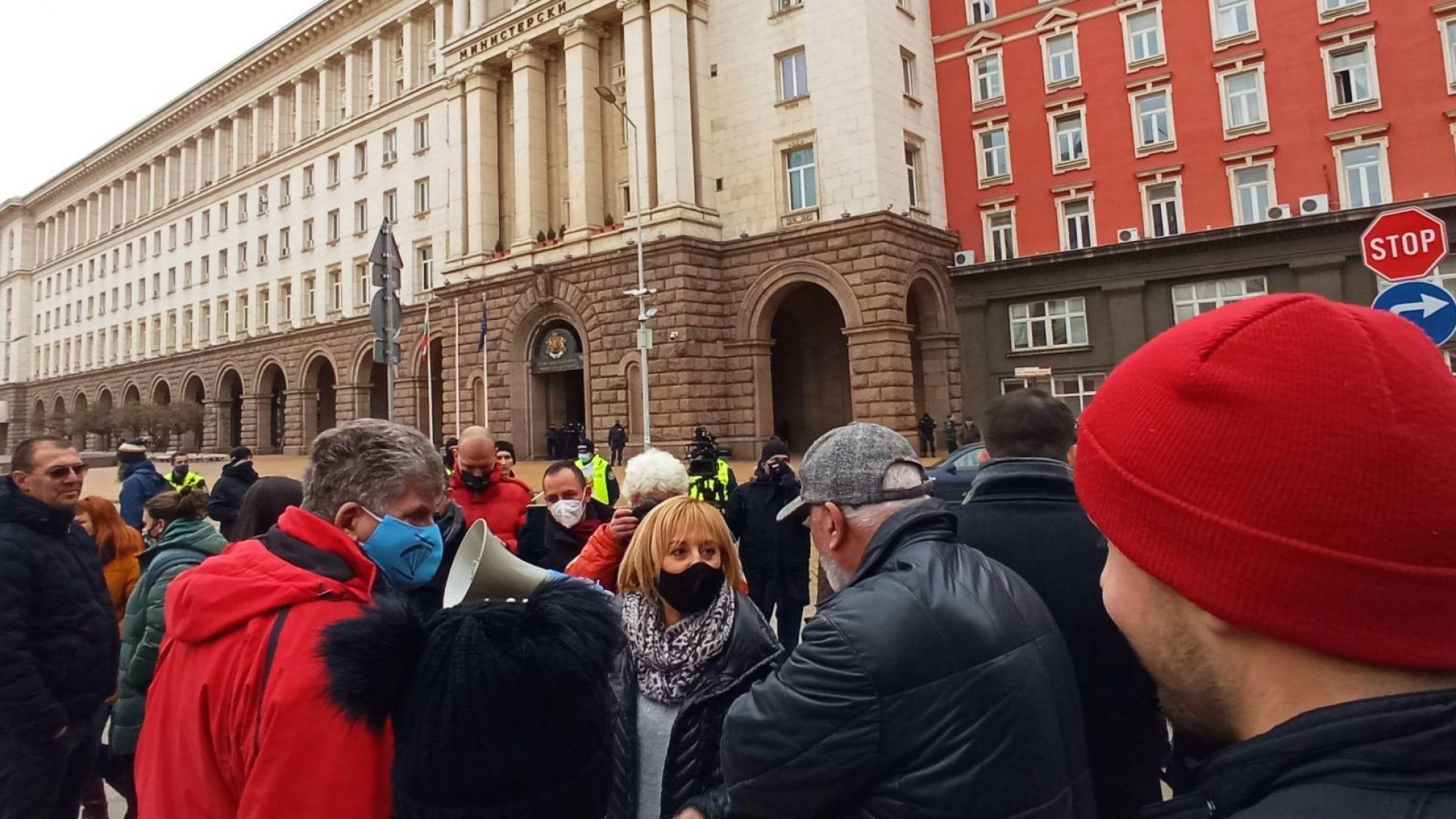Манолова: Плащаме по 250-400 лв. за водомери и топломери заради нов закон на Борисов