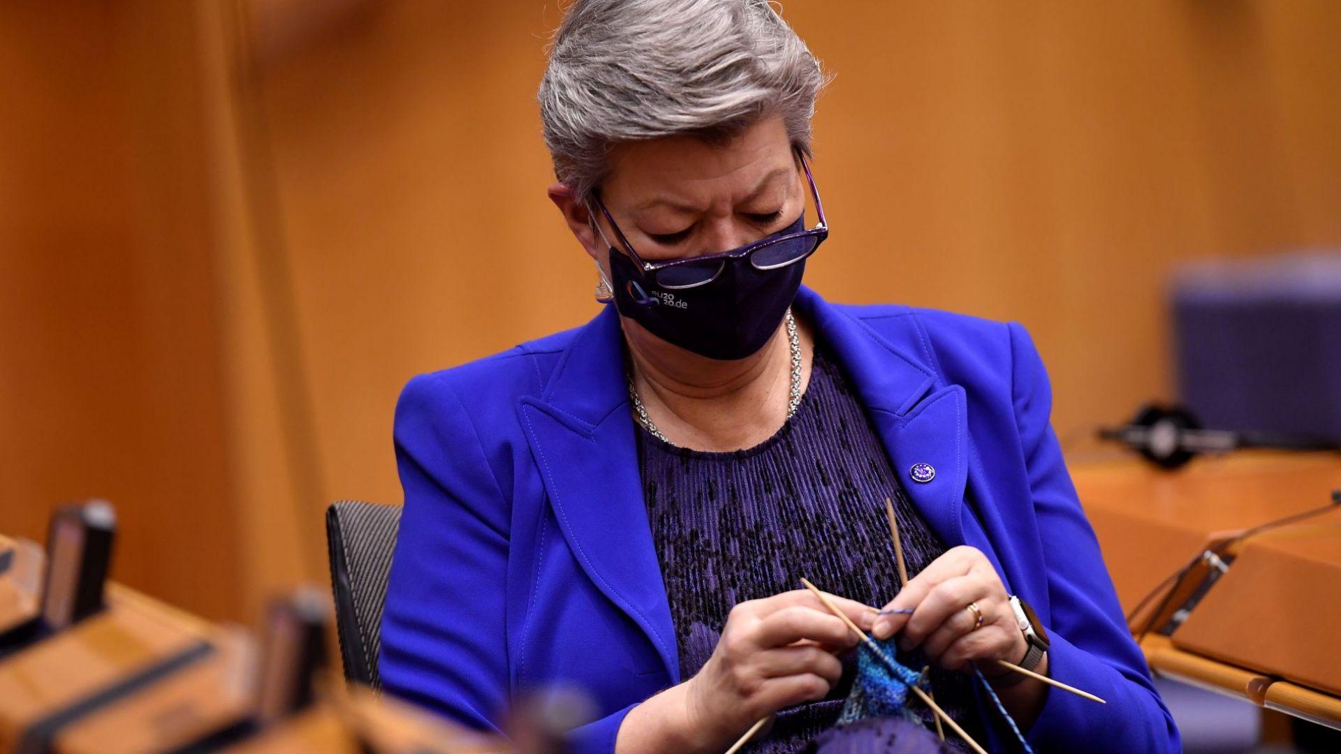 Еврокомисар хвана плетката по време на дебат в ЕП за ваксинацията