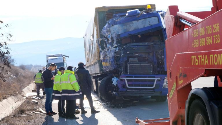 Катастрофа с тирове стана днес на магистрала