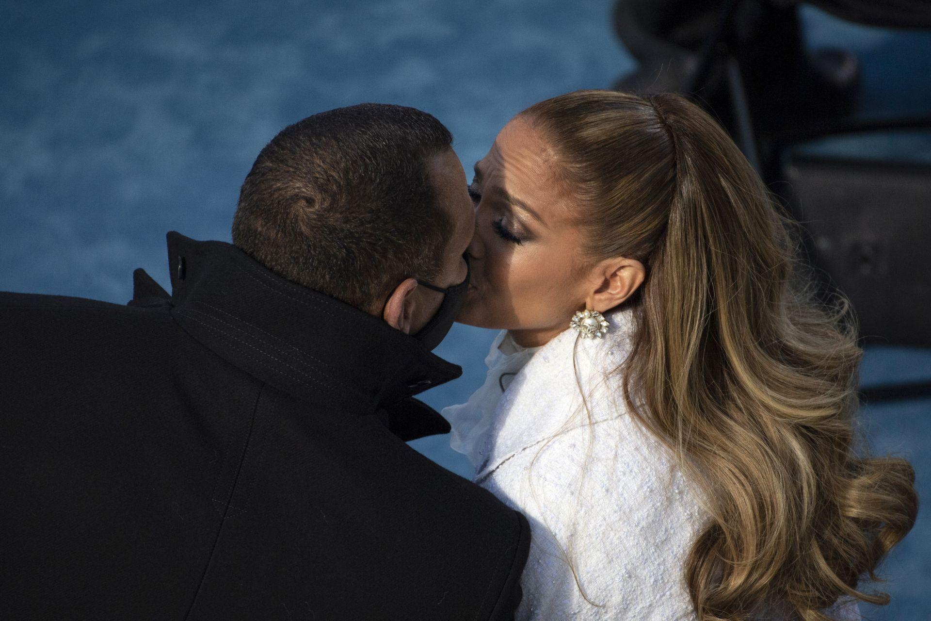 Джей Ло в страстна целувка с половинката си Алекс Родригес