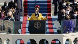 Млада поетеса стана новата звезда на Америка (видео)