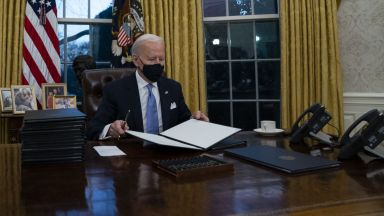 Джо Байдън подписва укази за временно финансово облекчаване на милиони американци