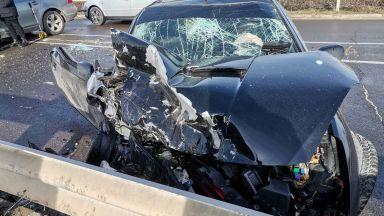 Пиян шофьор на БМВ челно се заби в Тойота, колите са помлени (снимки)
