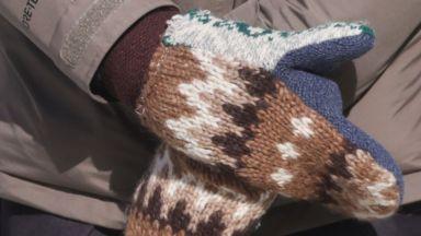 Учителката, подарила ръкавиците на Бърни Сандърс, ще ги произвежда масово с фирма за плюшени мечета