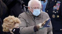Ръкавиците на Бърни Сандърс предизвикаха смешки и колажи в интернет