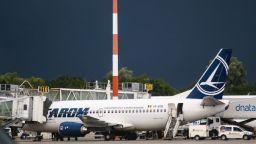 Самолет кацна по спешност, след като пътничка с Covid-19 припадна