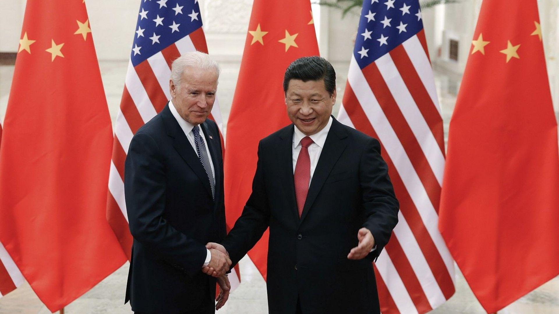 4 декември 2013 г., китайският президент Си Дзинпин се ръкува с тогавашния вицепрезидент на САЩ Джо Байдън при гостуването му в Пекин
