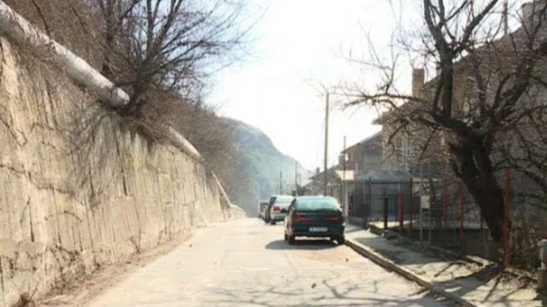 Огромен скален къс падна на улица в Провадия