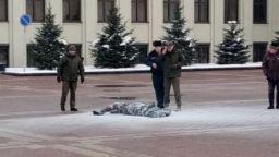 Мъж се запали пред сградата на беларуското правителство в Минск (видео)