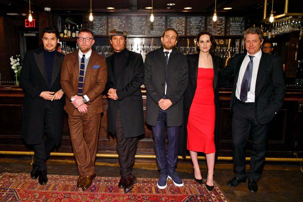 """Хенри Голдинг, Гай Ричи, Матю Макконахи, Чарли Хънам, Мишел Дохърти и Хю Грант на специалната прожекция на """"Джентълмените"""" през 2020 г."""