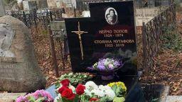 Вандали оскверниха гроба на Стоянка Мутафова