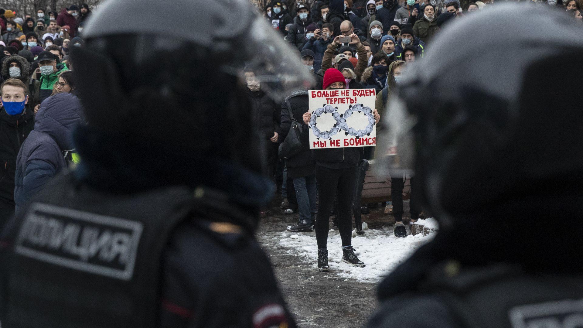 Арести и армия от полицаи край затвора, в който e Навални (снимки и видео)
