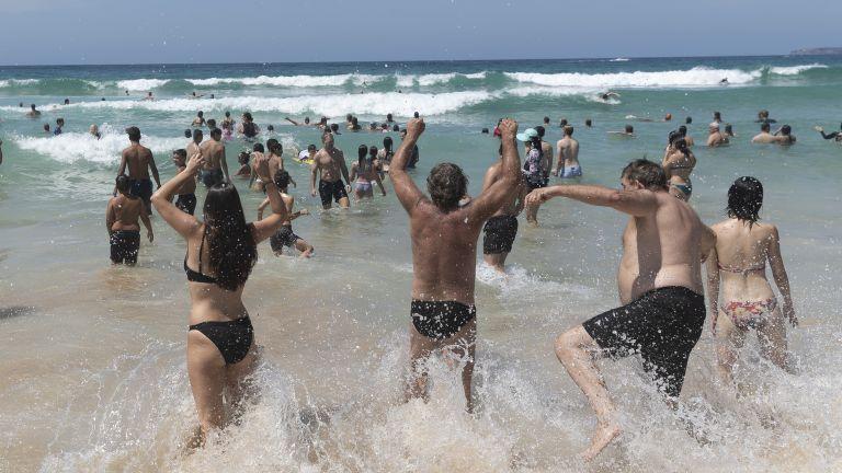 Австралийските плажове се препълниха с хора през уикенда, които търсят