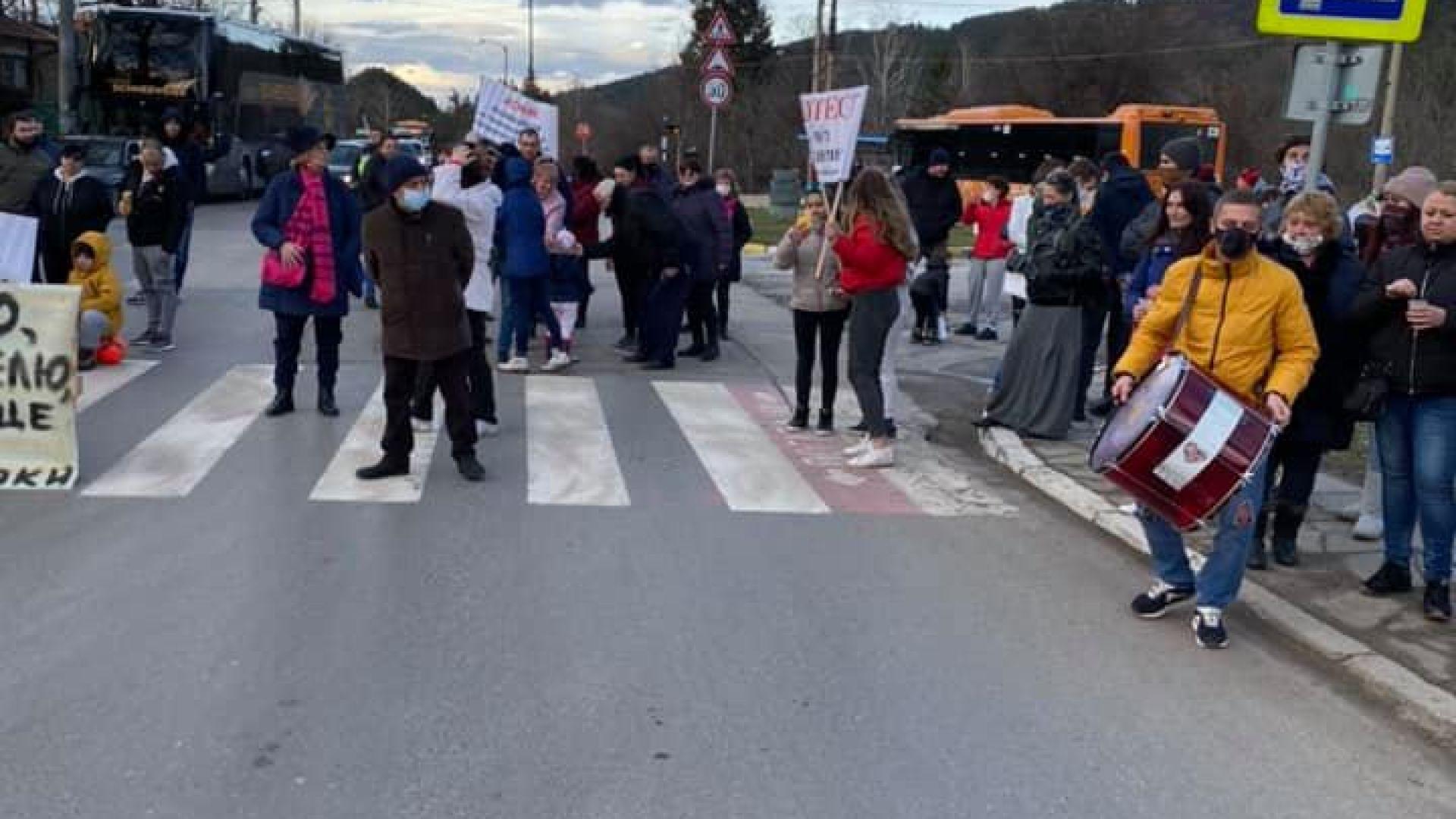 Протестиращи блокираха пътя София-Самоков (снимки)