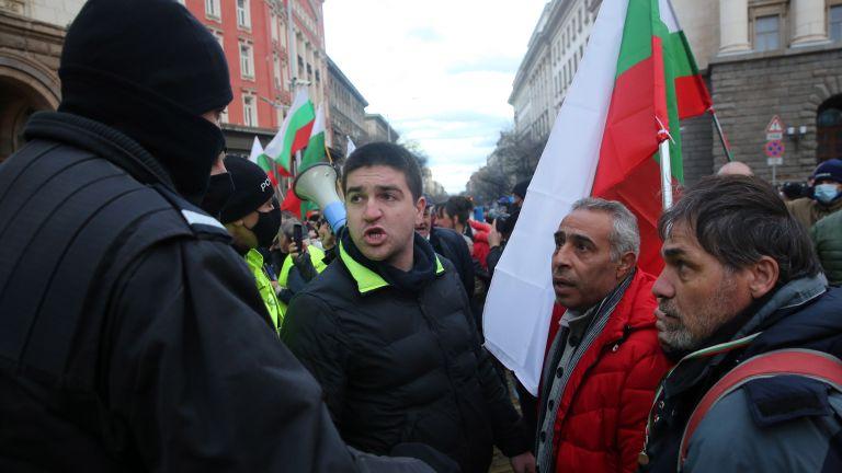 Протестиращи се опитаха да нахлуят в Министерския съвет. Стигна се
