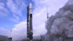 SpaceX изстреля ракета Falcon 9 със 143 спътника (видео)