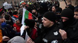 Два опита за нахлуване в Министерски съвет и сблъсъци с полицията (видео)