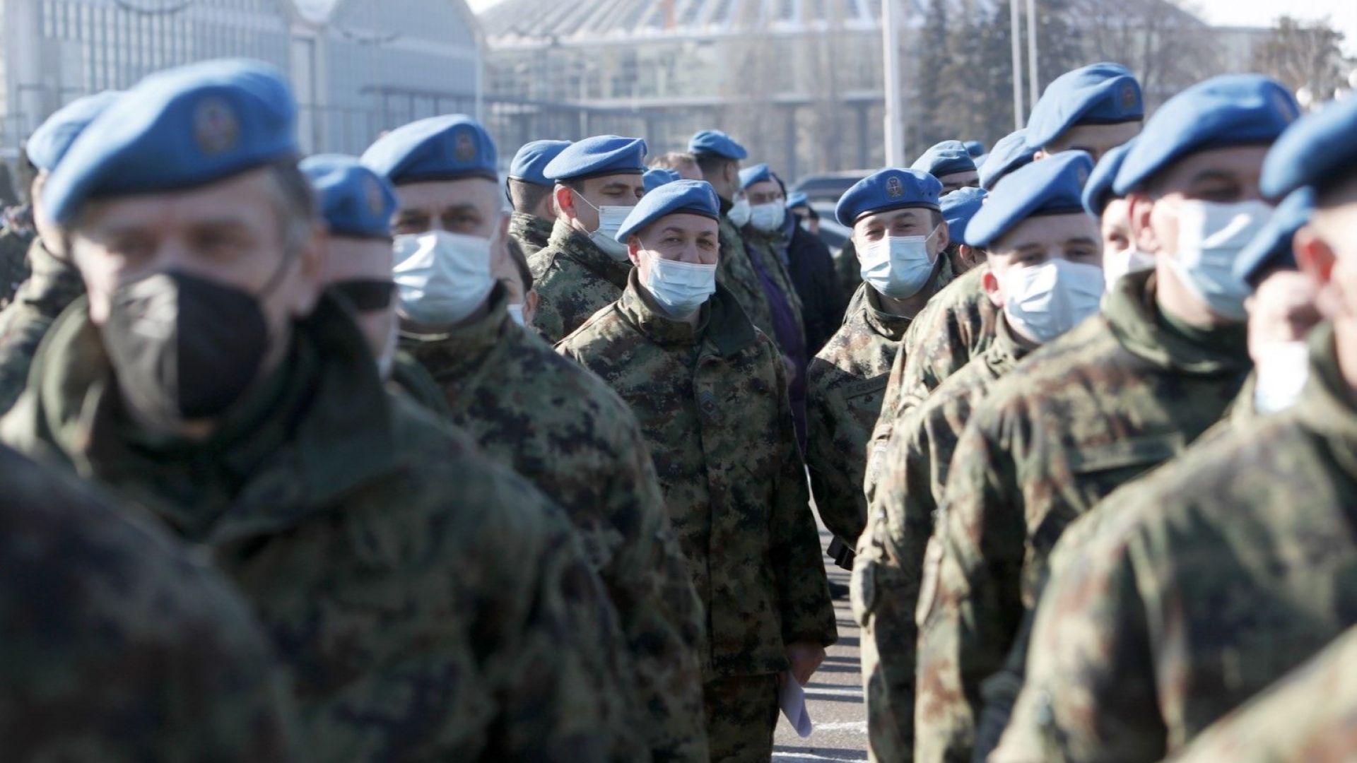 Военни са се наредили на опашка в Белград за ваксиниране с китайската ваксина на Синофарм, 19 януари