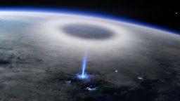 """От МКС заснеха """"Синя искра"""" над Земята (снимки)"""