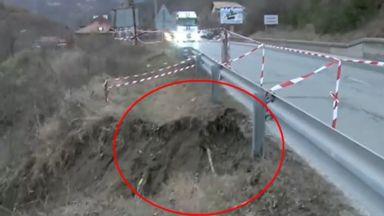 Опасно свлачище на пътя Симитли-Банско