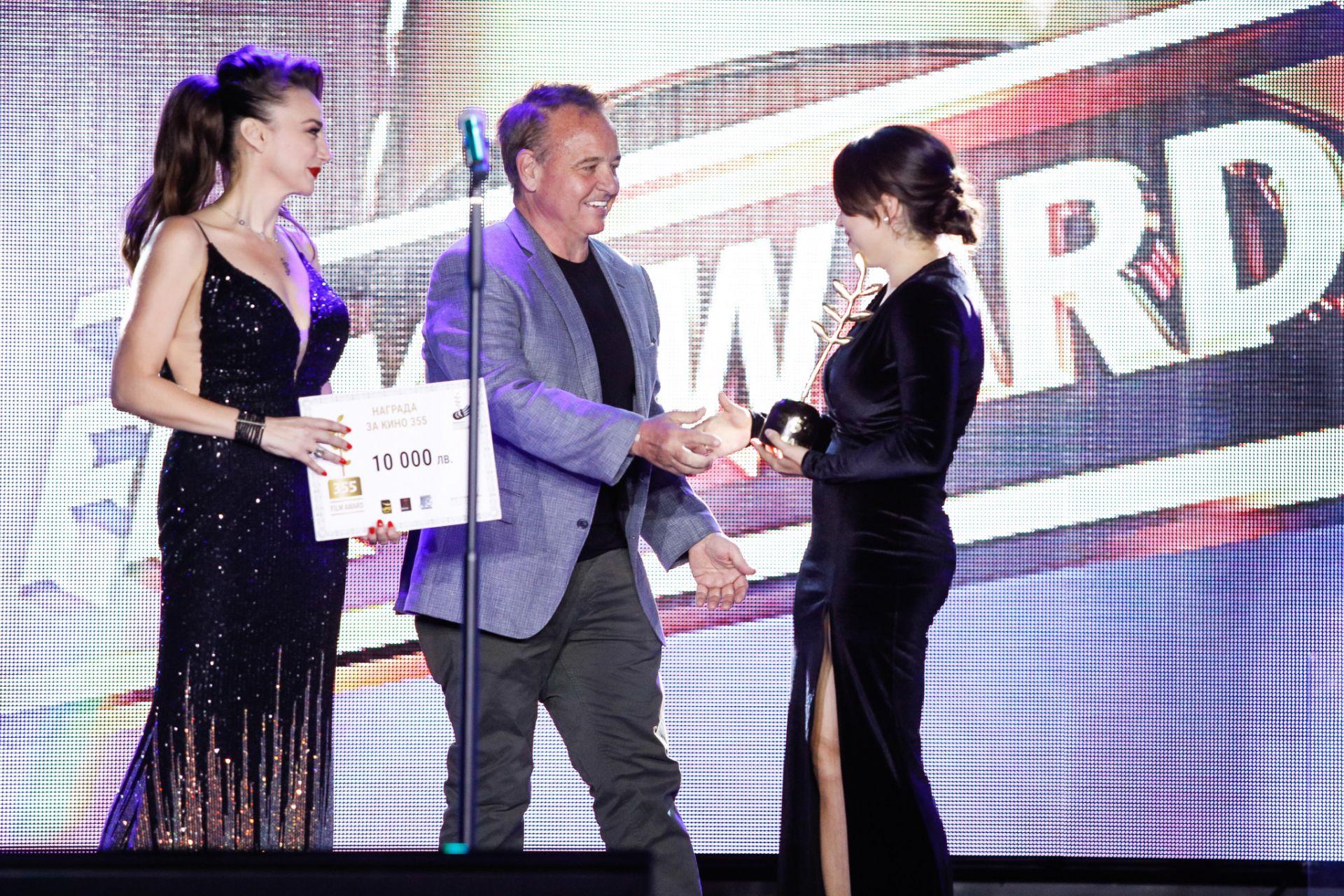 Фил Рот връчва наградата на Ваня Бойчева