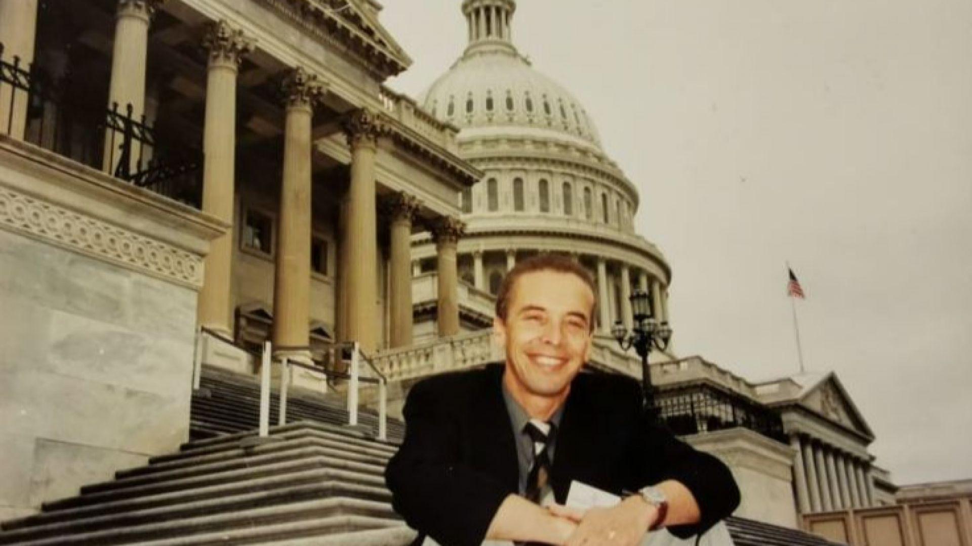 Пред Капитолия във Вашингтон през 2002 година, когато гостува на държавния департамент на САЩ