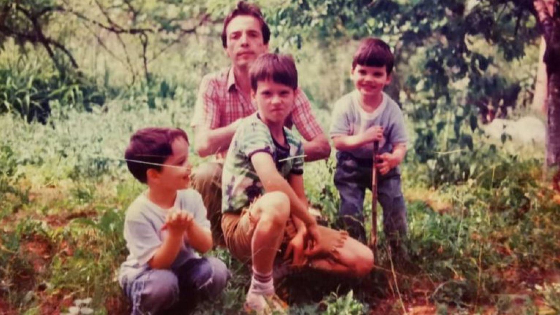 През 1993 година с децата