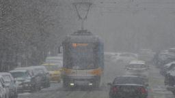 Снеговалежът затвори пътища и ограничи движението