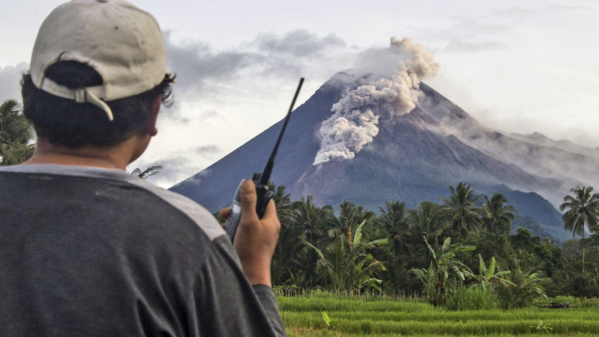 Вулканът Мерапи изригна тази сутрин (снимки и видео)