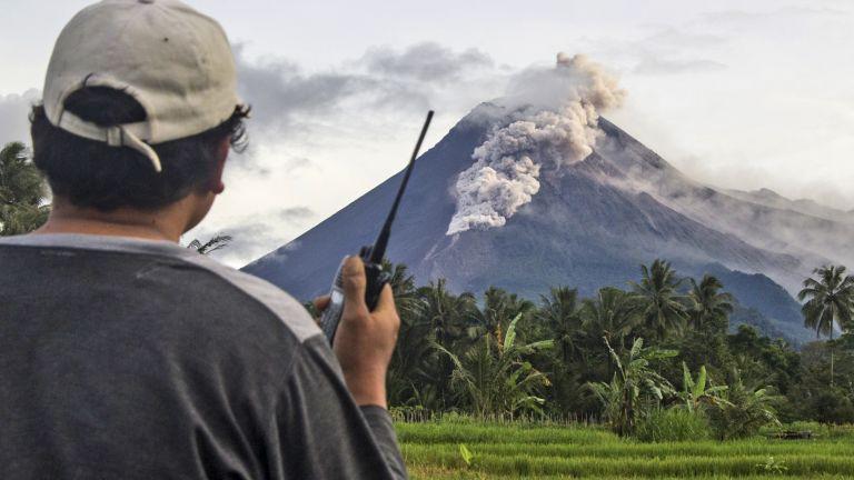 Вулканът Мерапи на остров Ява в Индонезия избълва пепел и