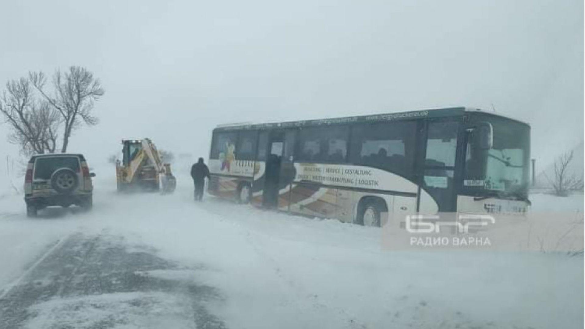 Снежна битка във Варненско, коли закъсаха по пътищата (видео)
