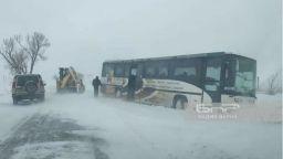 Снежна битка край Варна, коли закъсаха по пътищатав областта (видео)