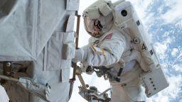 Космонавтът Рижиков предаде командването на МКС на астронавтката Шанън Уокър