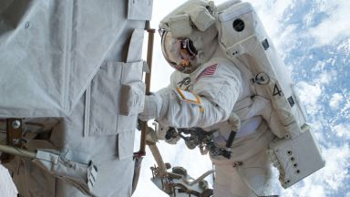 Космонавтите откриха драскотина и вдлъбнатина на МКС