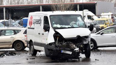 Тежка катастрофа между джип и бус на куриерска фирма в София