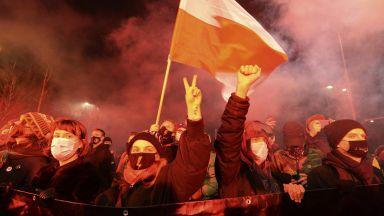 Забраната на абортите в Полша влезе в сила: Хиляди поляци пак на протест (снимки/ видео)