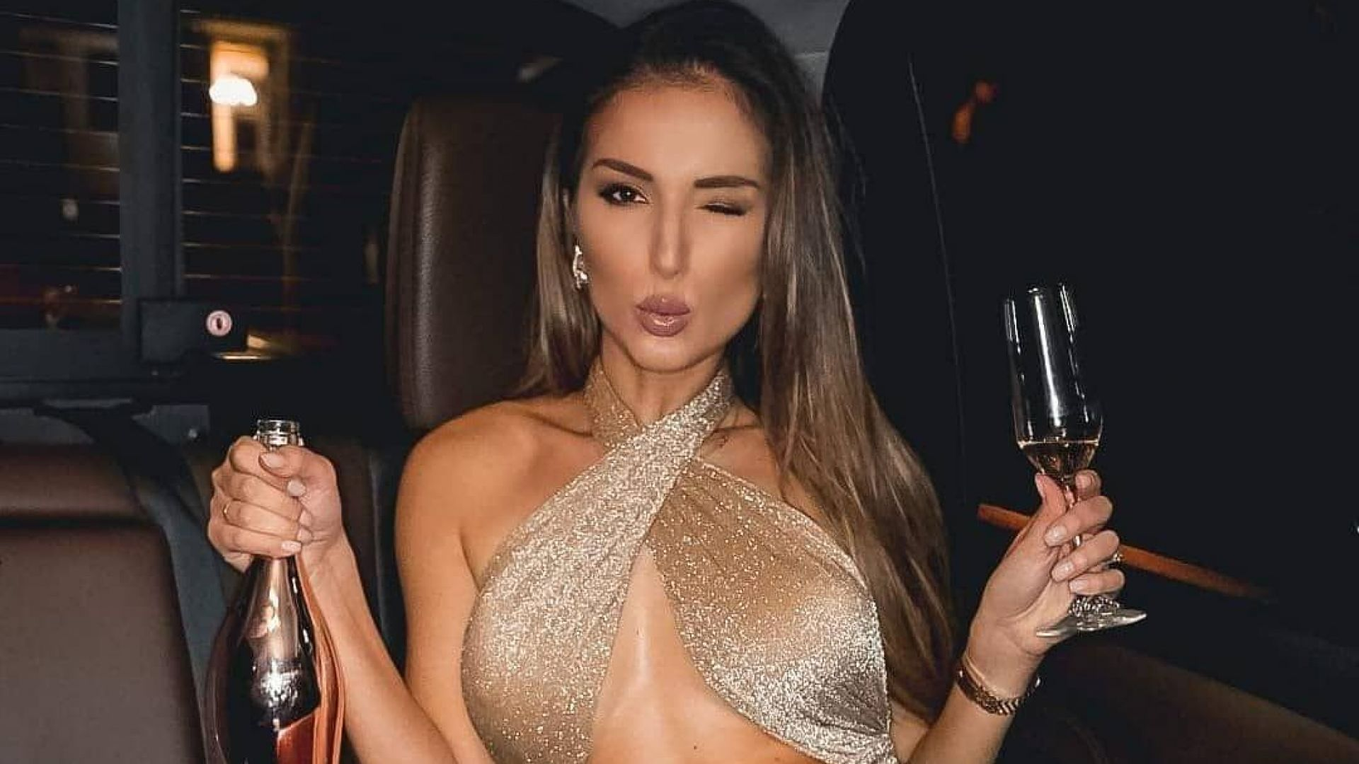 Алекс Петканова отпразнува рождения си ден с шампанско в заснежения двор на къщата си
