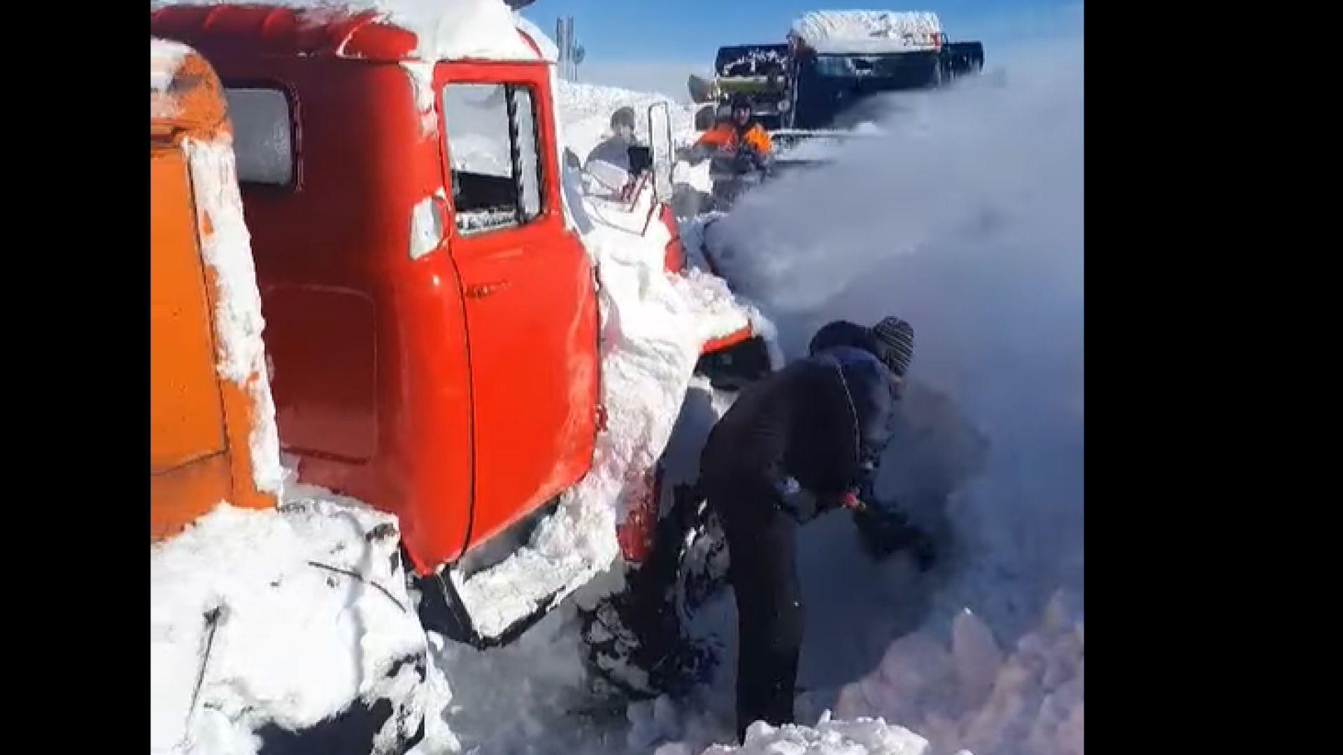 Тежка техника разчиства над 2-метровия сняг от пътя за Белмекен (видео)