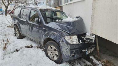 Шофьорът забил колата си в блок, седнал зад волана с 2,51 промила алкохол