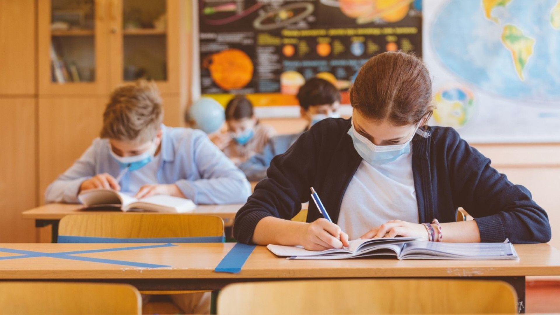 Най-ощетените от онлайн обучението ученици може да се върнат в клас седмица по-рано