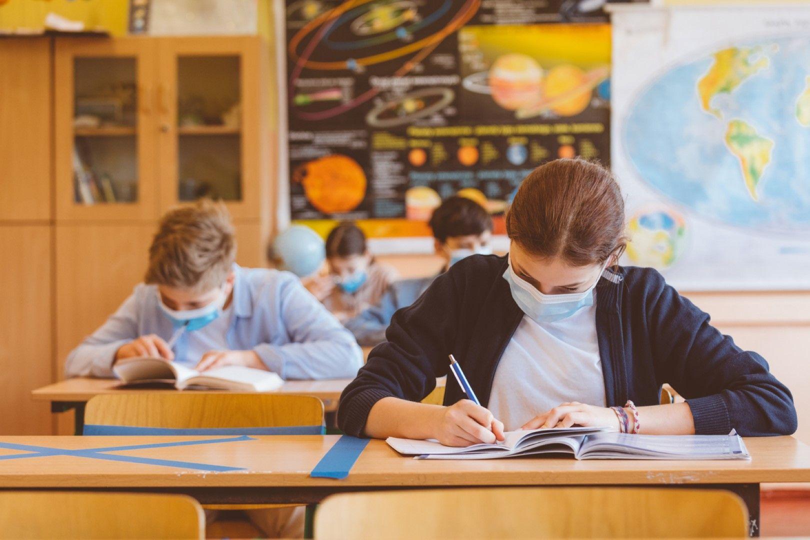 Учениците от I до IV клас може да носят маски само в междучасията, останалите – и в клас (Видео)