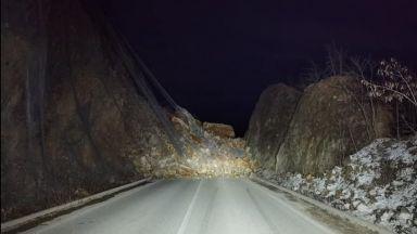 Огромно свлачище затвори пътя в Искърското дефиле (снимки)