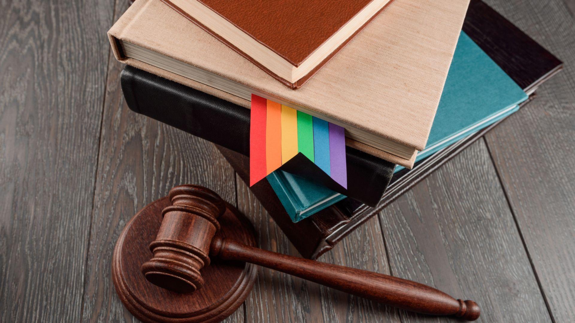 Сборник с ЛГБТ приказки и чернокожа Снежанка ядоса унгарското правителство