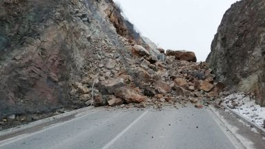 2000 кубика скален масив са паднали в Искърското дефиле